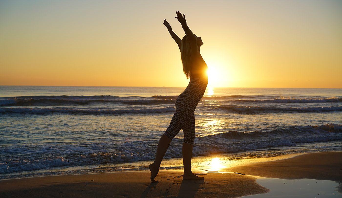 yoga-en-la-playa-amanecer